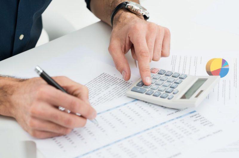 Taxa de manutenção em loteamento - pessoa calculando taxa de condomínio calculadora