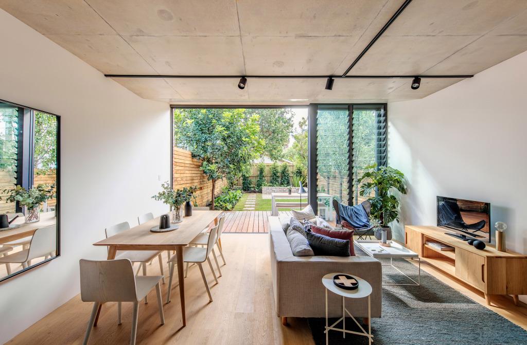 Uma iluminação natural pode te ajudar a economizar na conta de luz ao distribuir melhor os raios solares pela casa.