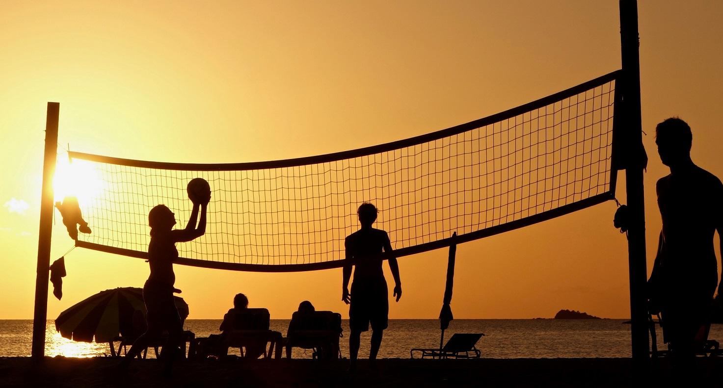 Esportes de praia - grupo jogando vôlei