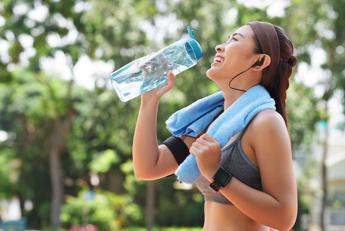 Atividades físicas - mulher bebendo água