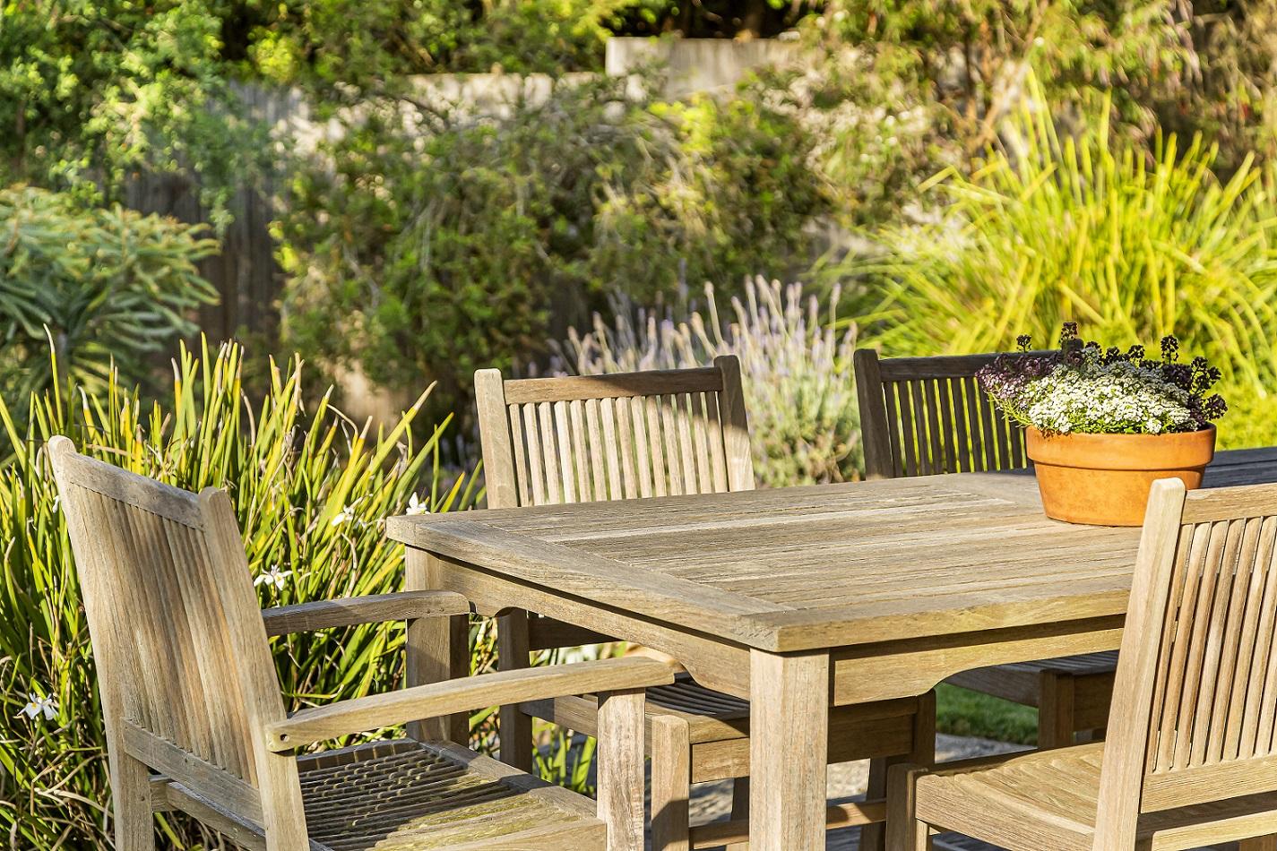decoração de quintal - quintal com mesa de madeira