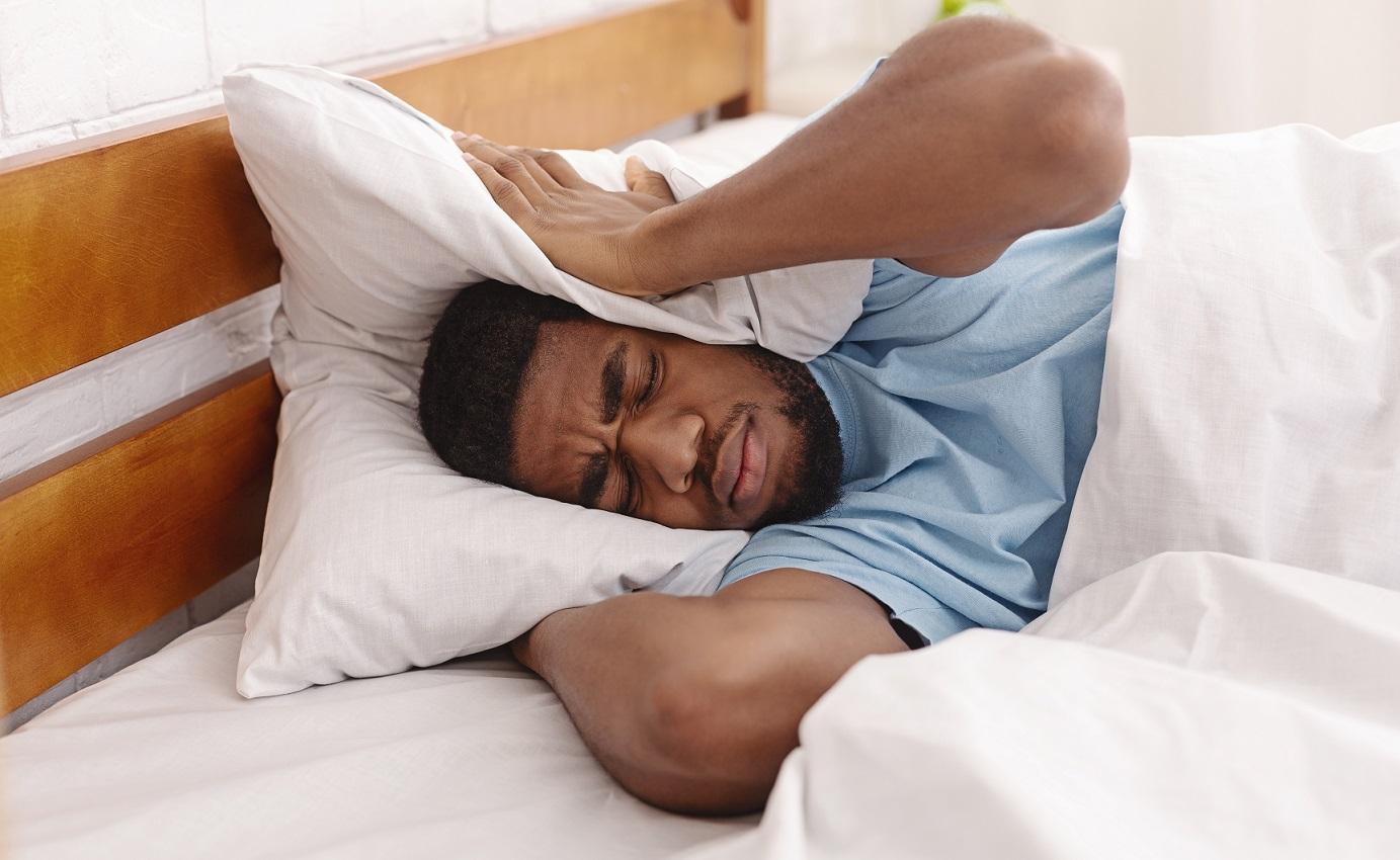 Como melhorar a acústica - homem tentando dormir