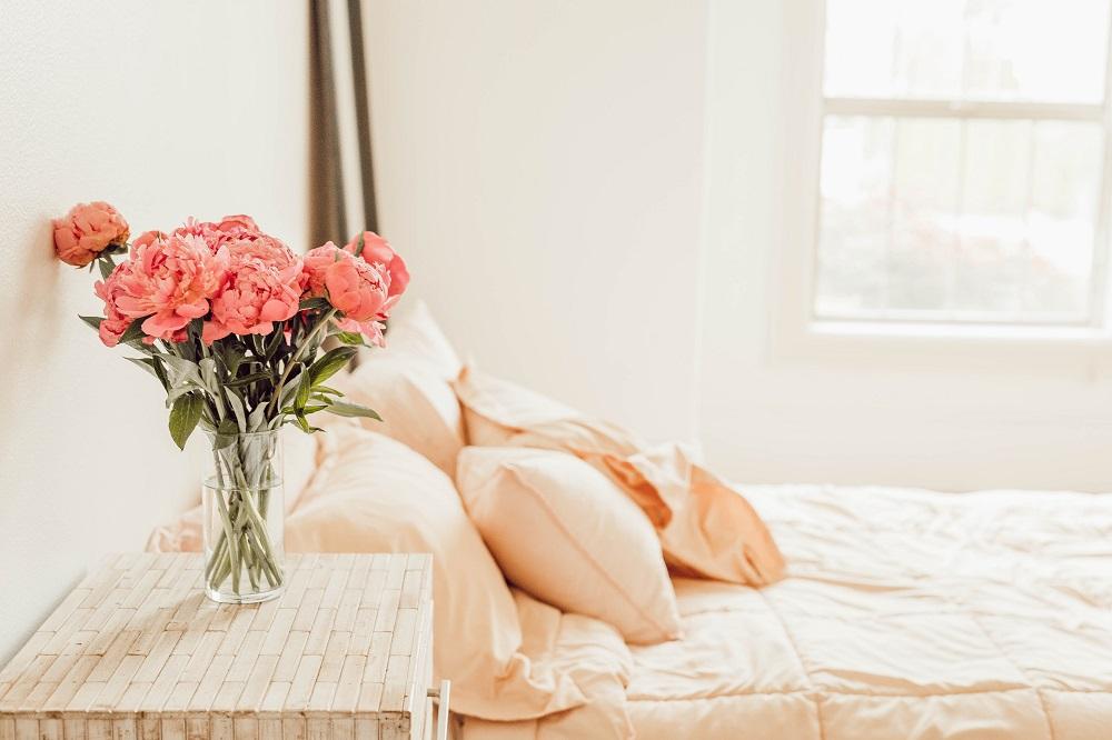 decorar mesa de cabeceira com arranjo de flores