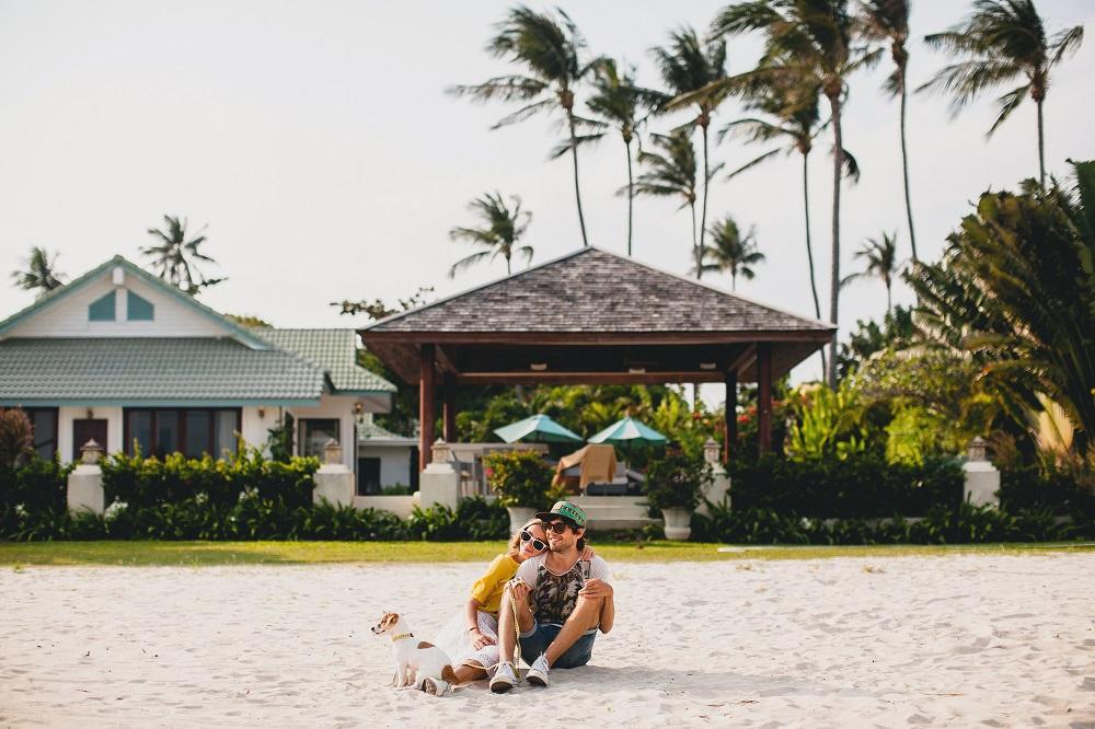 morar perto da natureza casal na praia